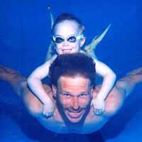 padre e figlio in piscina