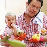 Uomo impegnato con suo figlio